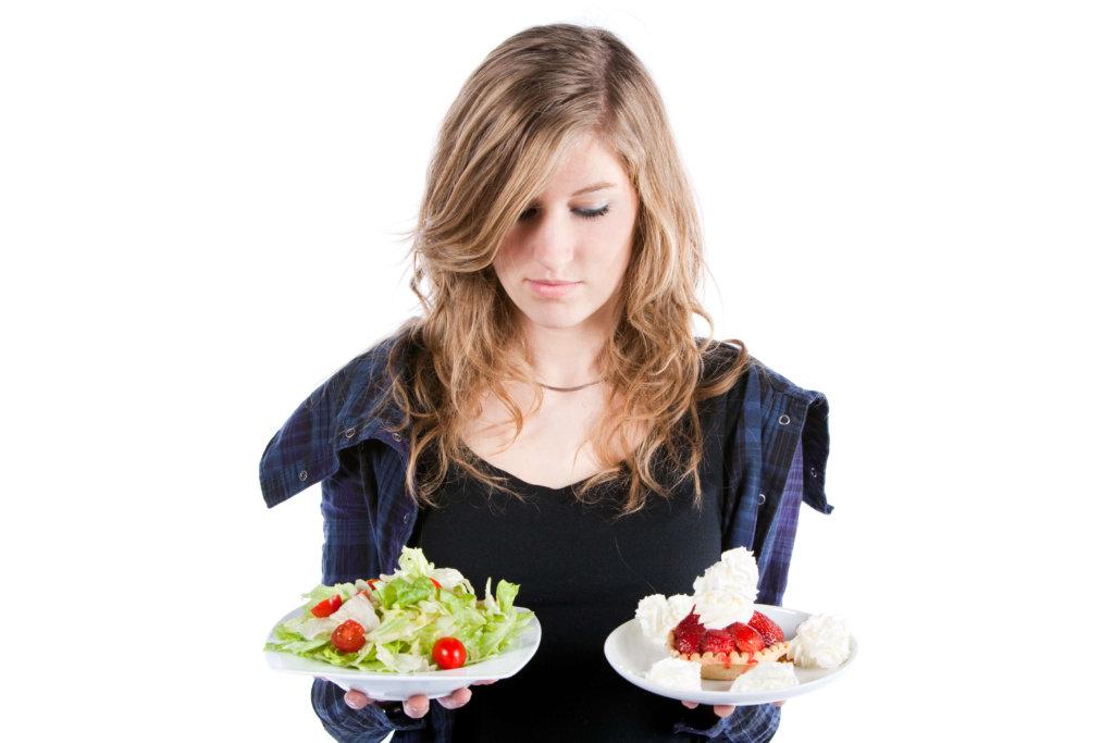 食事を選んでいる女性