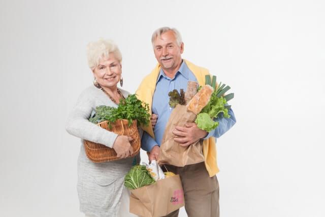 買い物する老夫婦