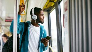 電車でラジオを聴く人