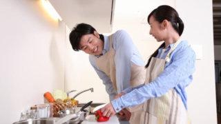 一緒に料理をする夫婦