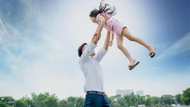 子供を抱き上げる