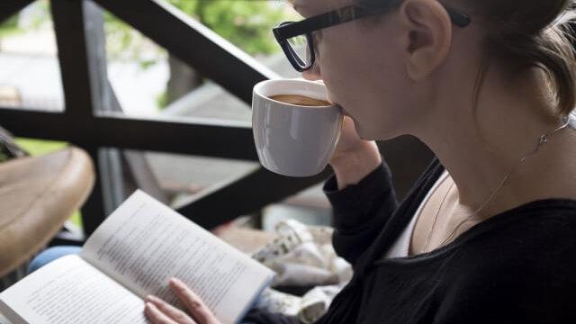 読書する女の人